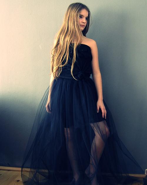 Maxi tylovka černá s krátkou sukní