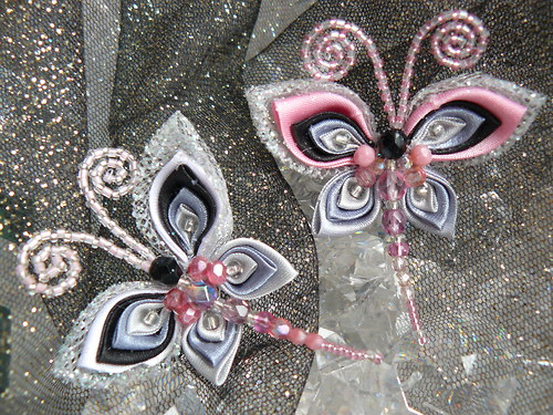 Dvě kanzashi motýlkové brože