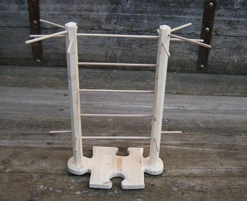 Dřevěný stojan na šperky ve tvaru puzzle vyšší