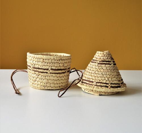 Pletený palmový košík zdobený kožou s vekom