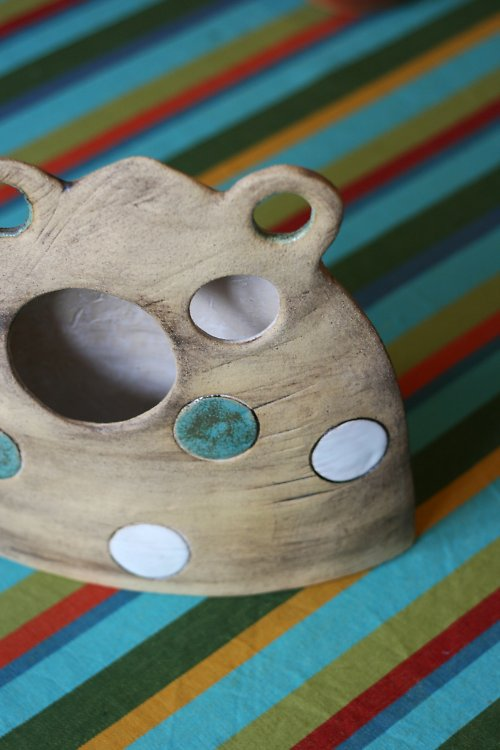 Ufonská keramická váza ve světlé