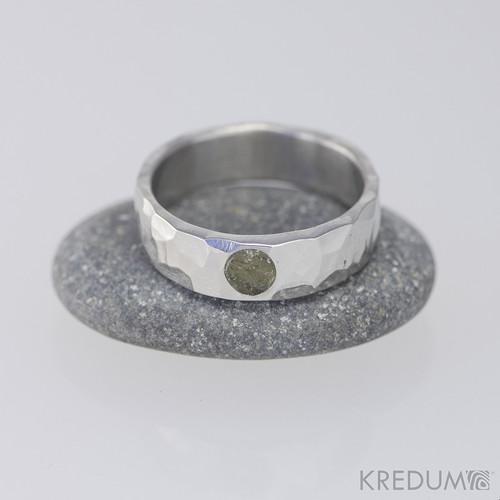 Kovaný nerezový prsten - Draill lesklý s vltavínem