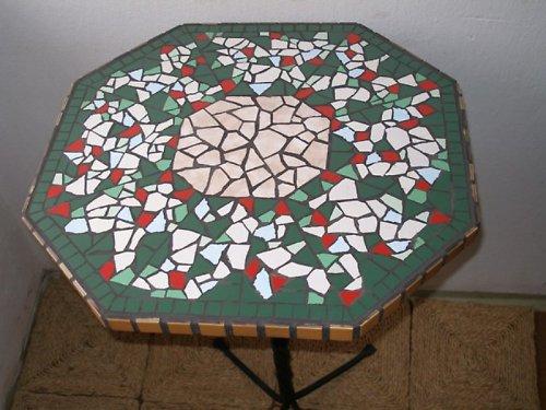 Osmiúhelníkový mozaikový stůl