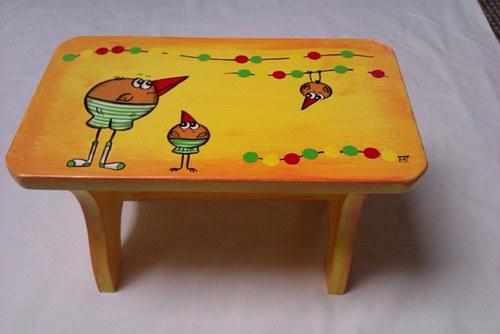 Dřevěná stolička-žlutá pipky