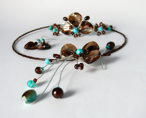 V hnědé přírodní perleti - náramek