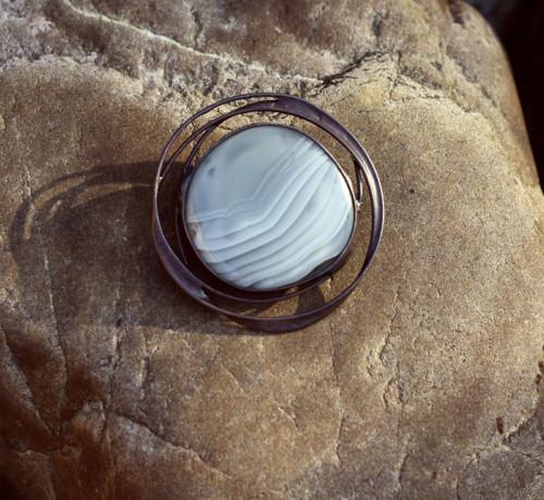 kovová brož se sklem