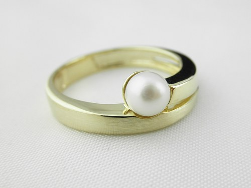 Prsten s bílou perlou