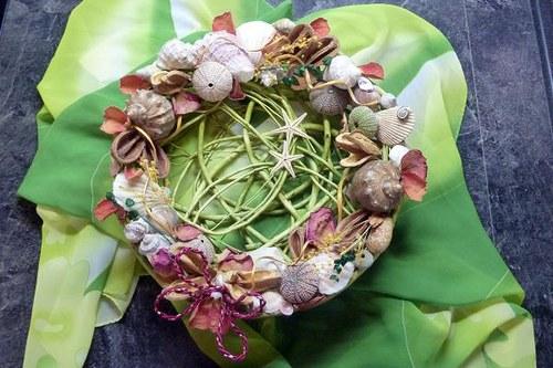 Aranžmá s mušlemi Mořský košík s plátky růží