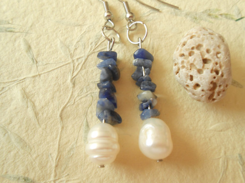 Náušnice - říční perla a zlomky sodalitu