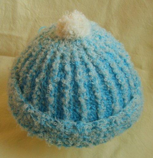 Háčkovaná čepička - modrá s bílým bouclé