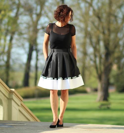 Skládaná sukně černo-bílá LOVE