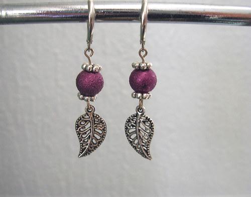 Náušnice s fialovou perlou a lístečkem