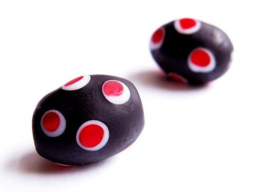 Černý oválek s červenobílými puntíky ((V61))