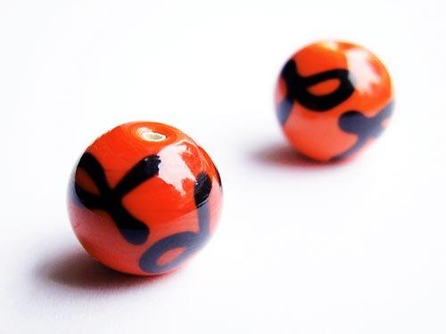 Oranžová kulička s černým zdobením ((V45))