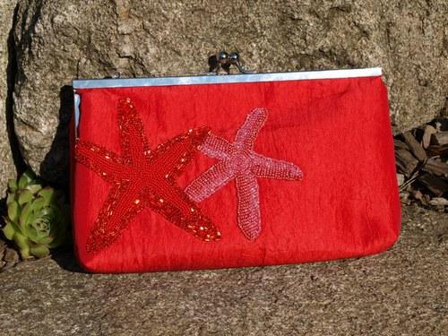 Ohnivě červená kabelka s mořskými hvězdicemi