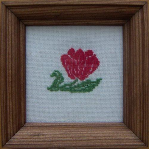 Vyšívaný obrázek - červený květ