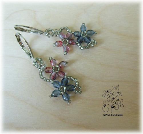 Náušnice šité - 2 květy: ve stříbrném dole