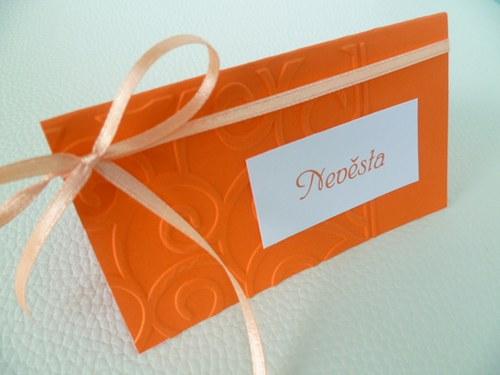 oranžové jmenovky s ornamentem na svatební stůl...