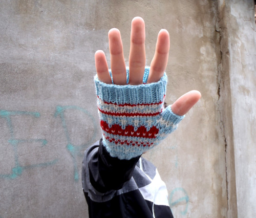 Bleděmodré rukavice s kapkami jahodové marmelády
