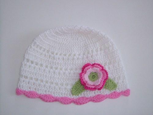 Bílá háčkovaná čepička s růžovým lemováním