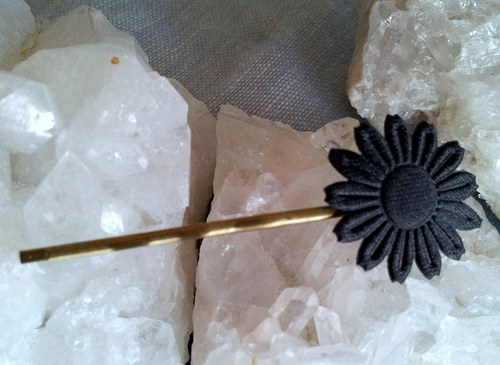 Saténová květinka do vlásků - černá na zlaté