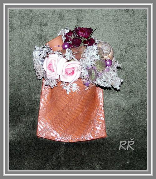 keramická kapsa s pelyňkem a jiným kvítím :)