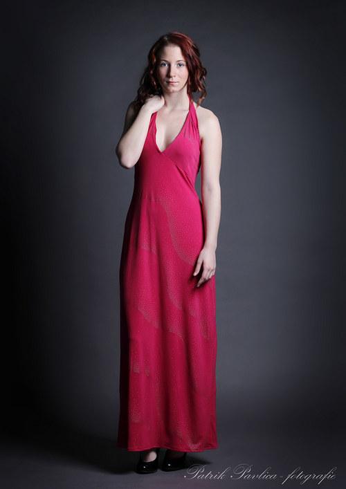 Růžové večerní šaty