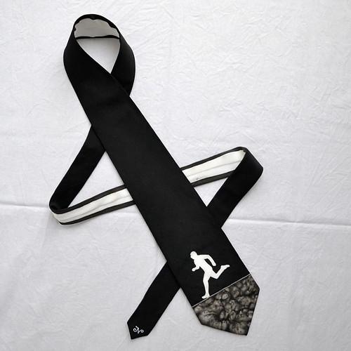 Hedvábná kravata s běžcem černo-bílá