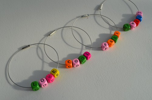 Náramky s písmenkovými kostičkami