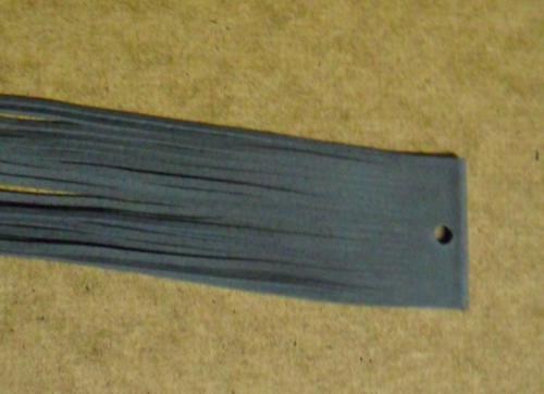 Balení šedých kožených řemínků po 20ks