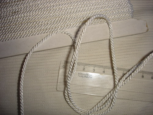 šňůrka bílá kroucená 3,5m