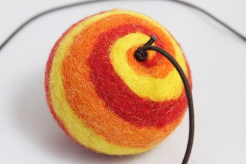 Balonek z ovčí vlny na gumičce - žluto červený
