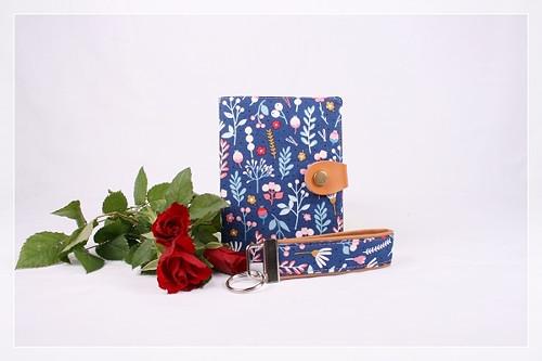 DOKLADOVNÍK + KLÍČENKA s květinami na modré