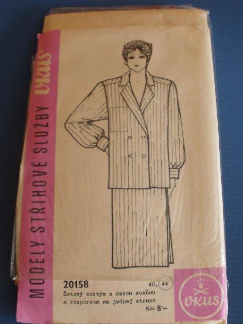 Šatový kostým s úzkou sukní