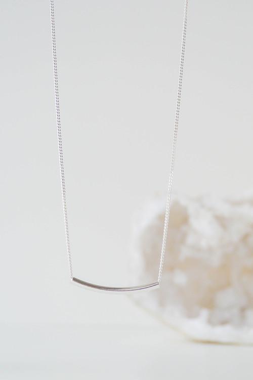 Strieborný náhrdelník s príveskom zahnutá trubička