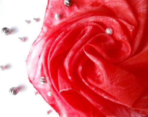 Vášeň-hedvábný šátek v šarlatovém odstínu