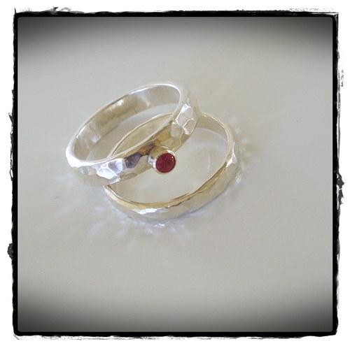 snubní prsten s granatom