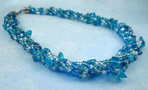 náhrdelník z tyrkysových zlomků