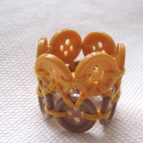 Knoflíkový prstýnek do hněda