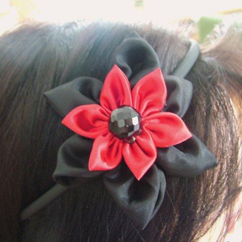 Černočervená čelenka
