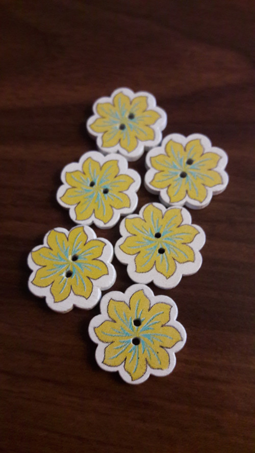 Knoflík - žlutá kytička