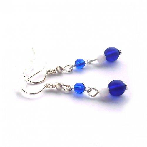 Tmavě modré náušnice s bílým korálkem