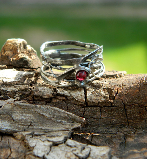 Patinovaný granátkový prsten
