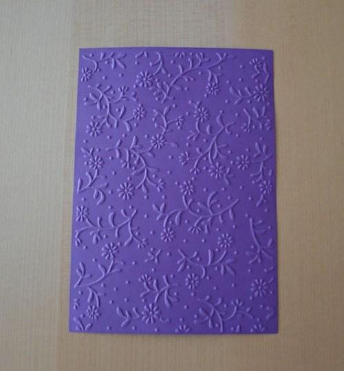 Embosovaná stránka A6 tmavě fialová - kytičky 1ks
