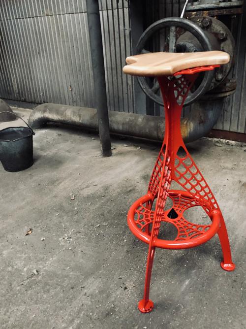 Barová stolička - pavučinový design
