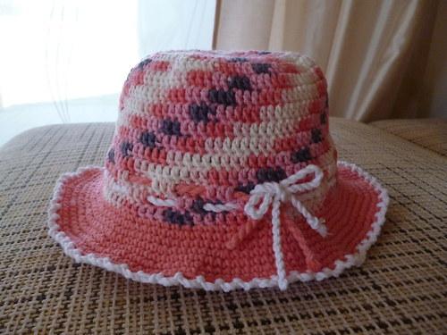 Háčkovaný klobouček, do lososova