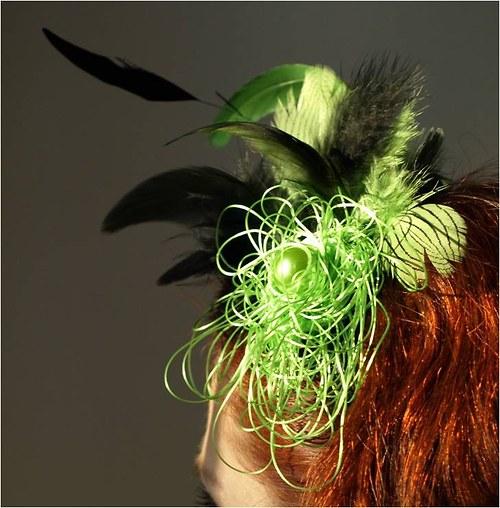 """Zelený péřový fascinátor na čelence s \""""perlou\"""""""
