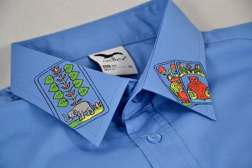 Modrá košile s kartami