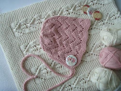 Bavlněná, krajková bonnetka/čepička s knoflíčkem