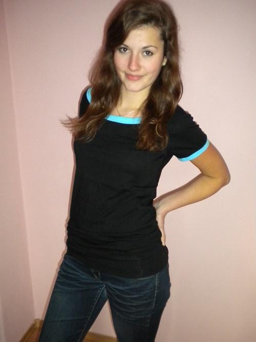 Tričko černé s modrými lemy-velikost S